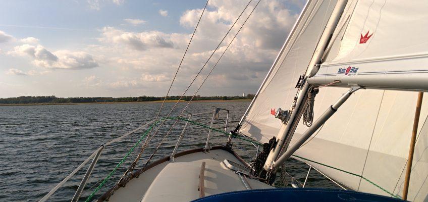 Segeltörn, Blick zum Bug, Segel im Wind